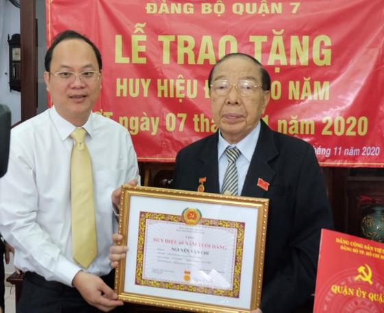 Phó Bí thư Thành ủy TPHCM Nguyễn Hồ Hải trao Huy hiệu Đảng cho đảng viên cao tuổi Đảng ảnh 1