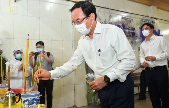 Đồng chí Nguyễn Văn Nên thăm, động viên gia đình nạn nhân vụ cháy nhà ở quận 11 ảnh 2