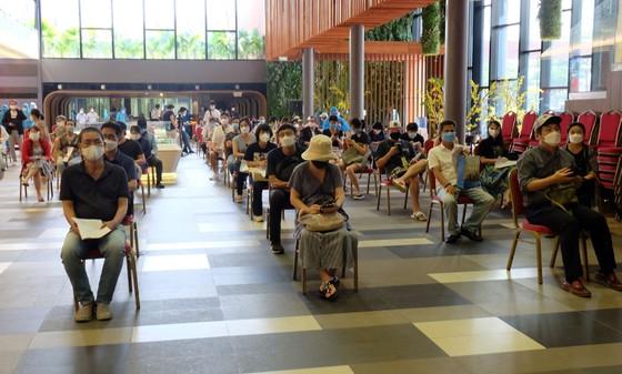 Hơn 660 người nước ngoài ở quận 7 được tiêm vaccine phòng Covid-19 ảnh 1