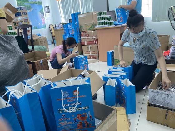 Quận 7 tặng 1.000 túi thuốc chăm sóc sức khỏe F0 tại nhà ảnh 1