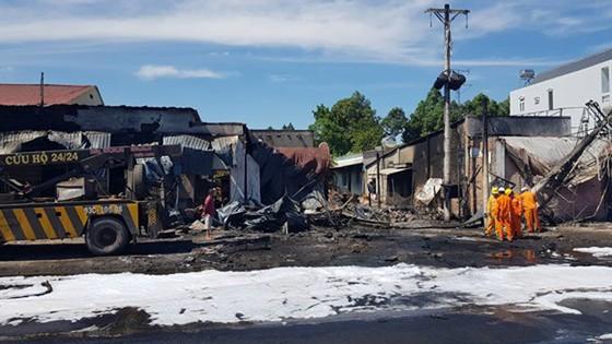 Vụ cháy xe bồn chở xăng dầu ở Bình Phước: Tài xế lái xe bồn bị bỏng 37% ảnh 1