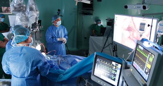 Lần đầu tiên ứng dụng robot trong phẫu thuật u não ảnh 1