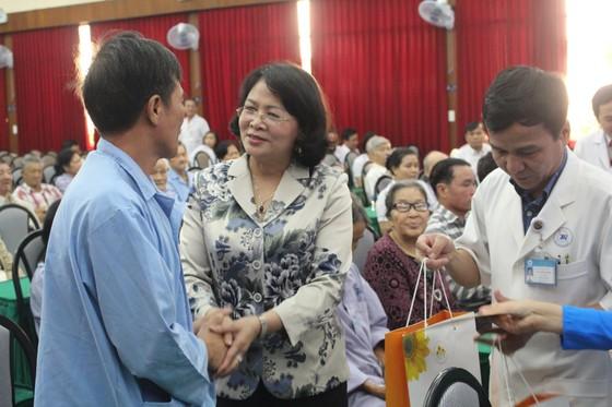 Phó Chủ tịch nước Đặng Thị Ngọc Thịnh thăm, chúc tết bệnh nhân nghèo ảnh 2