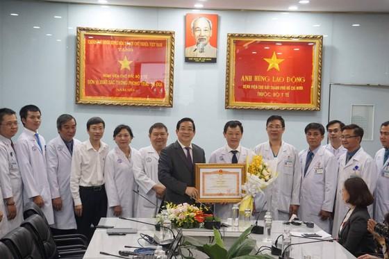 2 người Trung Quốc điều trị tại BV Chợ Rẫy: Người con xuất viện, người cha còn dương tính với nCoV ảnh 1
