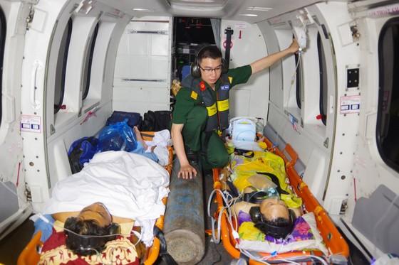 Cấp cứu 2 ngư dân gặp nạn trên quần đảo Trường Sa về đất liền bằng trực thăng ảnh 1