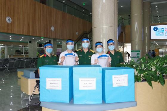 Bệnh viện Dã chiến 2.3 tặng 1.000 nón kính bảo hộ phòng chống dịch cho Bệnh viện Quân y 175 ảnh 1