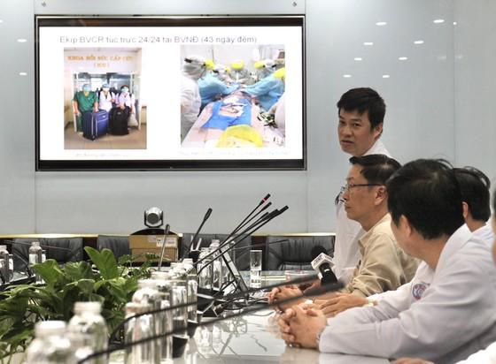 Chủ tịch UBND TPHCM Nguyễn Thành Phong thăm, động viên bệnh nhân phi công người Anh ảnh 3