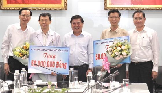 Chủ tịch UBND TPHCM Nguyễn Thành Phong thăm, động viên bệnh nhân phi công người Anh ảnh 4