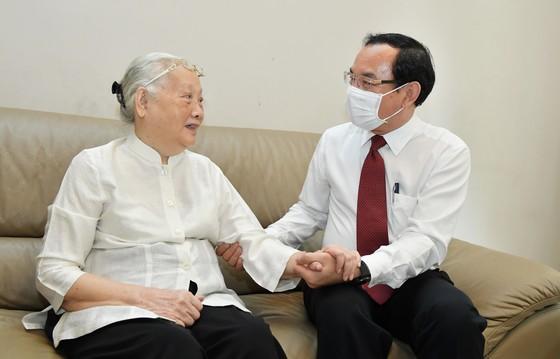 Bí thư Thành ủy TPHCM Nguyễn Văn Nên thăm, chúc mừng thầy thuốc và gia đình thầy thuốc tiêu biểu ảnh 2