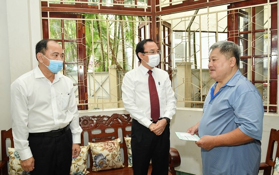 Bí thư Thành ủy TPHCM Nguyễn Văn Nên thăm, chúc mừng thầy thuốc và gia đình thầy thuốc tiêu biểu ảnh 1