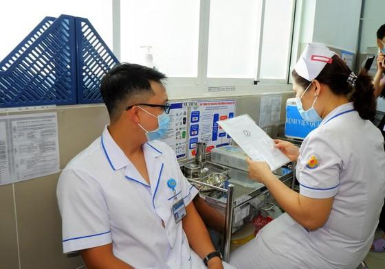 TPHCM: Bệnh viện tuyến quận đầu tiên tiêm vaccine Covid-19 ảnh 1