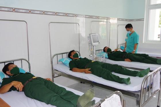 895 cán bộ, chiến sĩ làm nhiệm vụ bảo vệ biên giới Tây Nam được tiêm vaccine Covid-19 ảnh 1