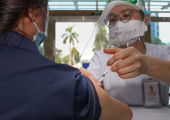 Chủ tịch UBND TPHCM Nguyễn Thành Phong kiểm tra công tác tiêm chủng vaccine Covid-19 ảnh 4