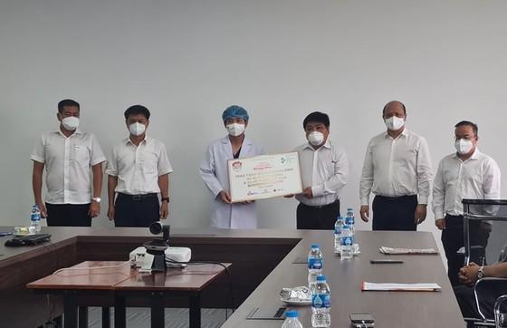 Chương trình 'Cùng Tuổi Trẻ chống dịch Covid-19' trao tặng thiết bị y tế cho Bệnh viện điều trị Covid-19 An Bình ảnh 1