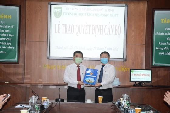 Phó Chủ tịch UBND TPHCM Dương Anh Đức trao Quyết định công nhận Hiệu trưởng Trường Đại học Y khoa Phạm Ngọc Thạch ảnh 1