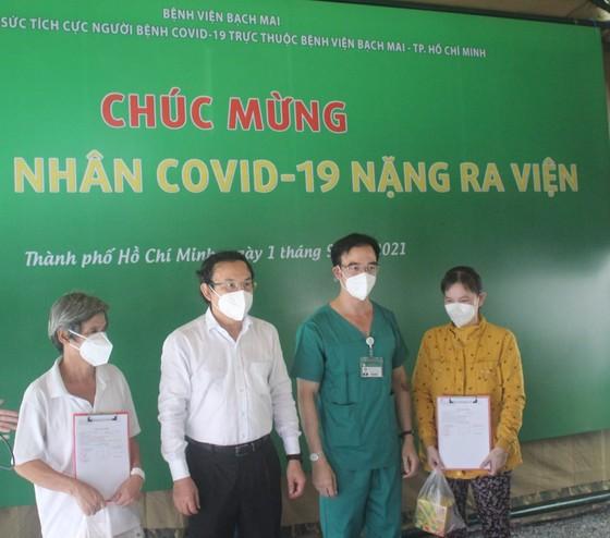 7 bệnh nhân đầu tiên của Trung tâm Hồi sức tích cực Covid-19 Bệnh viện Bạch Mai được xuất viện ảnh 1