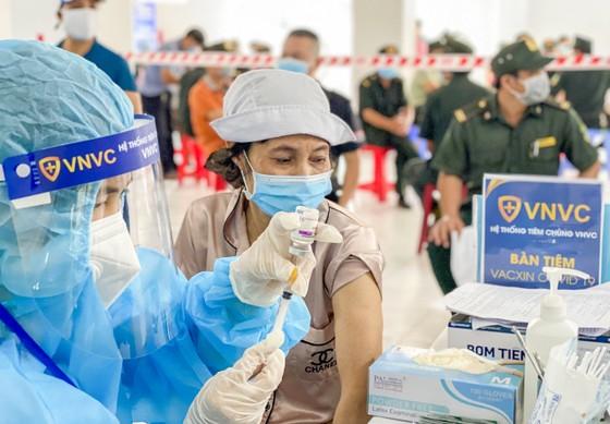 Tuần này, có thêm 3 lô vaccine Covid-19 số lượng lớn của AstraZeneca về Việt Nam   ảnh 1