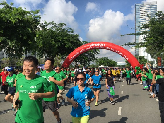 1.500 người chạy bộ gây quỹ hướng nghiệp ảnh 1