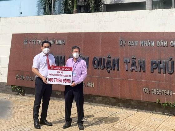 Agribank chi nhánh Tân Phú trao tặng 500 triệu đồng cho Bệnh viện quận Tân Phú chống dịch Covid-19 ảnh 1