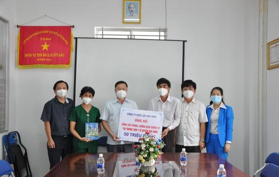 Công ty Điện lực Hóc Môn ủng hộ 120 triệu đồng phòng chống dịch Covid-19 ảnh 1