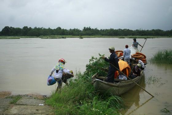Quảng Ngãi Lũ sông dâng cao ngập đường vào ốc đảo, 500 hộ dân di chuyển bằng thuyền ảnh 2