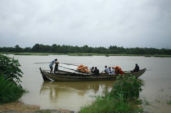 Quảng Ngãi Lũ sông dâng cao ngập đường vào ốc đảo, 500 hộ dân di chuyển bằng thuyền ảnh 1