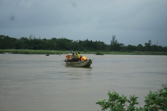 Quảng Ngãi Lũ sông dâng cao ngập đường vào ốc đảo, 500 hộ dân di chuyển bằng thuyền ảnh 3