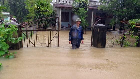 Quảng Ngãi Lũ sông dâng cao ngập đường vào ốc đảo, 500 hộ dân di chuyển bằng thuyền ảnh 4