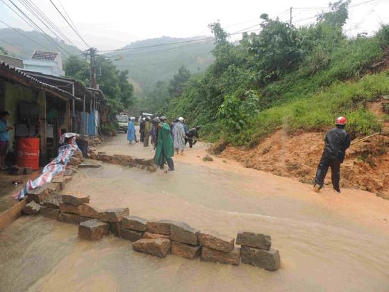 Hơn 60 trường bị ngập lụt, Quảng Ngãi cho học sinh nghỉ học trong ngày 6-11 ảnh 1