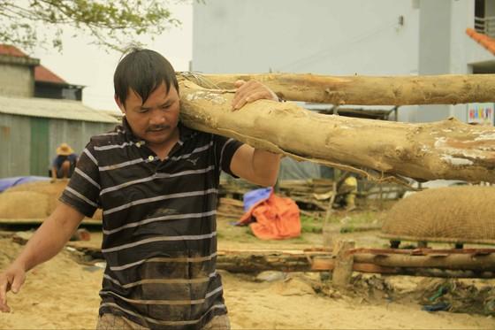 Người dân Quảng Ngãi dầm nước sông bắc cầu gỗ đón Tết ảnh 4