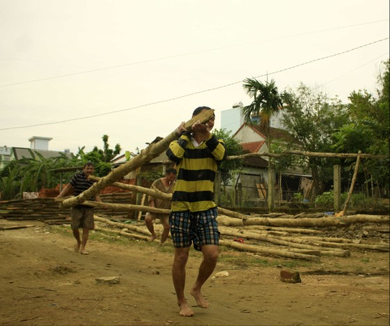 Người dân Quảng Ngãi dầm nước sông bắc cầu gỗ đón Tết ảnh 3