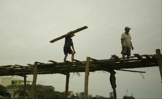 Người dân Quảng Ngãi dầm nước sông bắc cầu gỗ đón Tết ảnh 2