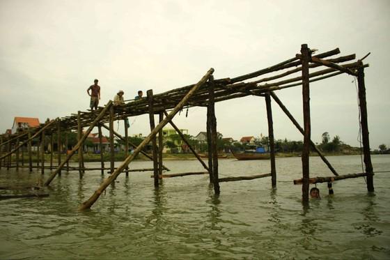 Người dân Quảng Ngãi dầm nước sông bắc cầu gỗ đón Tết ảnh 1