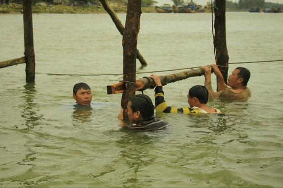 Người dân Quảng Ngãi dầm nước sông bắc cầu gỗ đón Tết ảnh 8