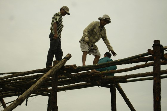 Người dân Quảng Ngãi dầm nước sông bắc cầu gỗ đón Tết ảnh 6