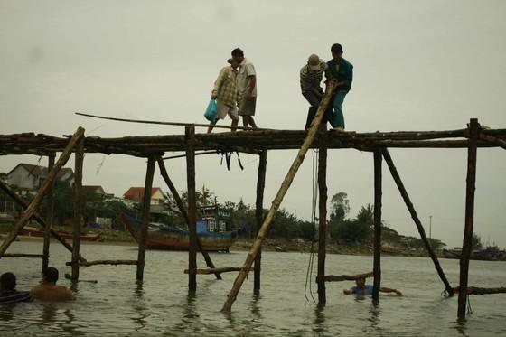 Người dân Quảng Ngãi dầm nước sông bắc cầu gỗ đón Tết ảnh 7