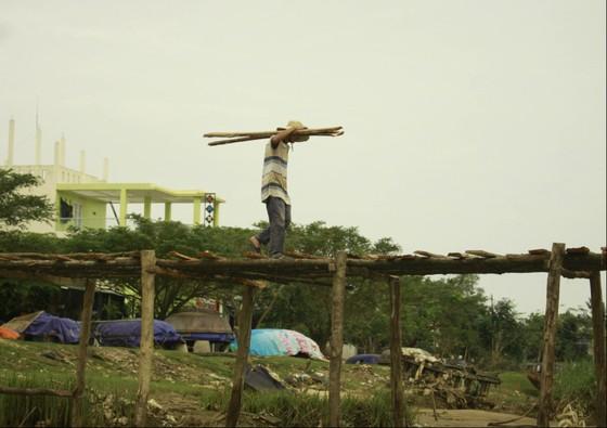 Người dân Quảng Ngãi dầm nước sông bắc cầu gỗ đón Tết ảnh 5