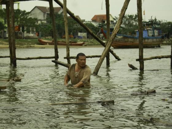 Người dân Quảng Ngãi dầm nước sông bắc cầu gỗ đón Tết ảnh 9