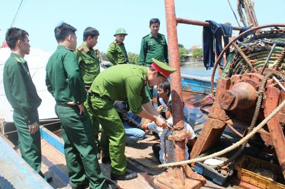Quảng Ngãi giải cứu 4 ngư dân bị bắt giữ trái pháp luật trên 2 tàu cá ảnh 1