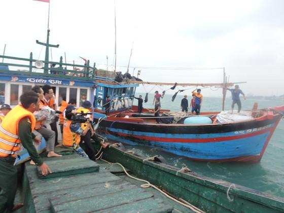 Đưa tàu cá và 12 ngư dân bị nạn về đảo Lý Sơn ảnh 1