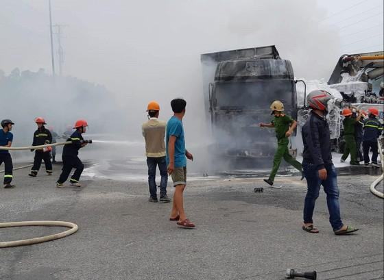 Quảng Ngãi: Va chạm xe tải và xe trộn bê tông bốc cháy dữ dội ảnh 2