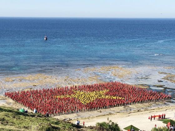 3.000 người xếp lá cờ Tổ quốc khổng lồ trên đảo Lý Sơn ảnh 1