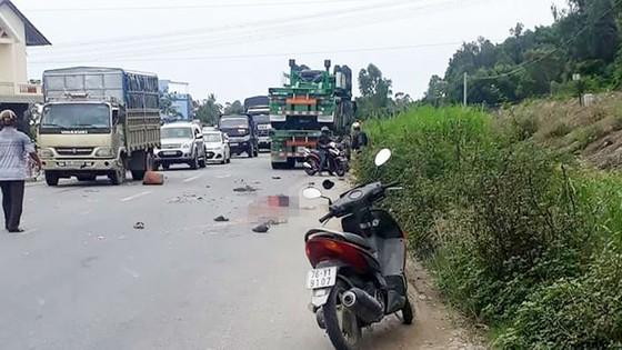 Xe máy va chạm với xe đầu kéo, 2 vợ chồng tử vong ảnh 1