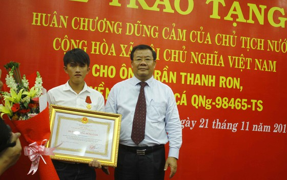 Trao tặng Huân chương dũng cảm của Chủ tịch nước cho ngư dân cứu người giữa biển Hoàng Sa ảnh 2