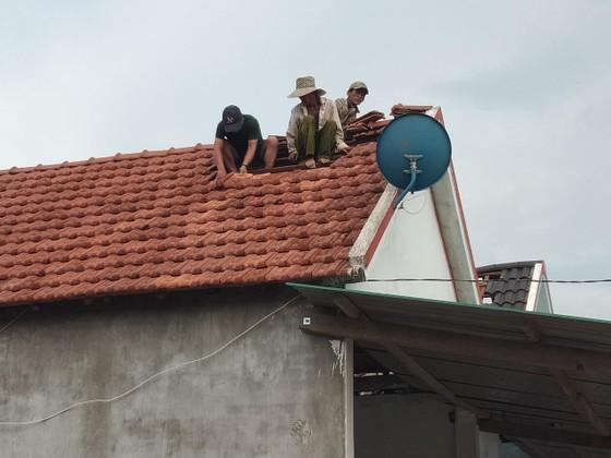Quảng Ngãi: Gió lốc tốc mái 3 nhà dân, cây xanh đường ngã đổ ảnh 5