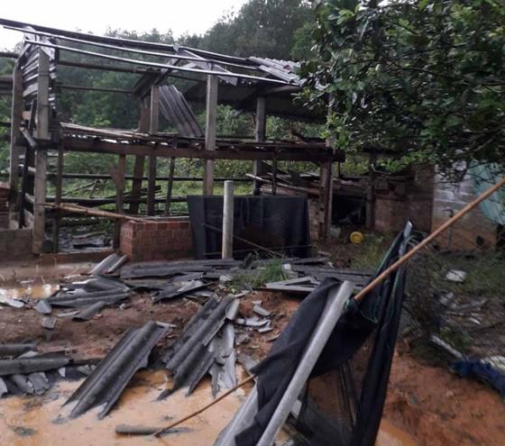 Lốc xoáy cuốn đổ sập hàng chục ngôi nhà ở Quảng Ngãi ảnh 1