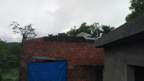 Lốc xoáy cuốn đổ sập hàng chục ngôi nhà ở Quảng Ngãi ảnh 3