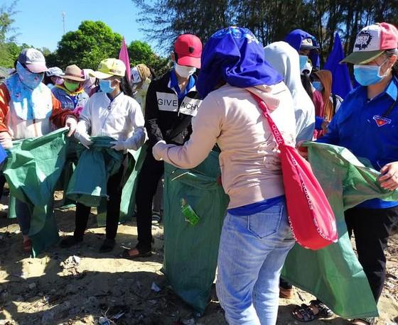 """Quảng Ngãi: 2.000 người tham gia chiến dịch """"Hãy làm sạch biển"""" ảnh 6"""