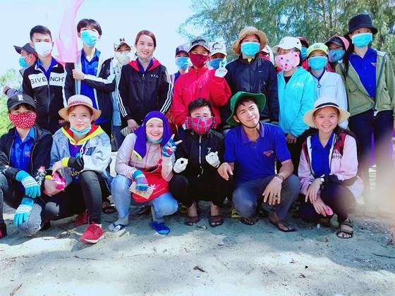 """Quảng Ngãi: 2.000 người tham gia chiến dịch """"Hãy làm sạch biển"""" ảnh 7"""
