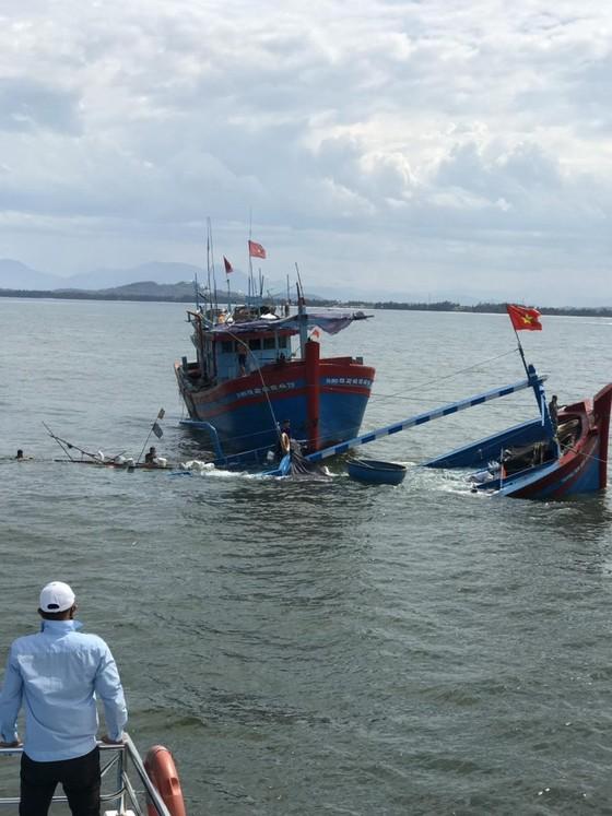 Cứu kịp thời 8 người đi trên tàu cá bị chìm giữa biển ảnh 1